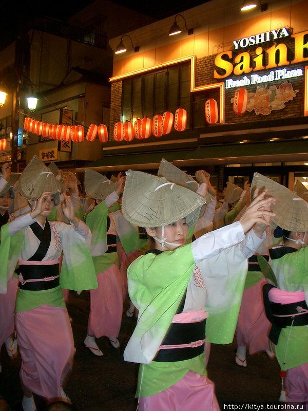 Летний фестиваль в токийском районе Синагава.