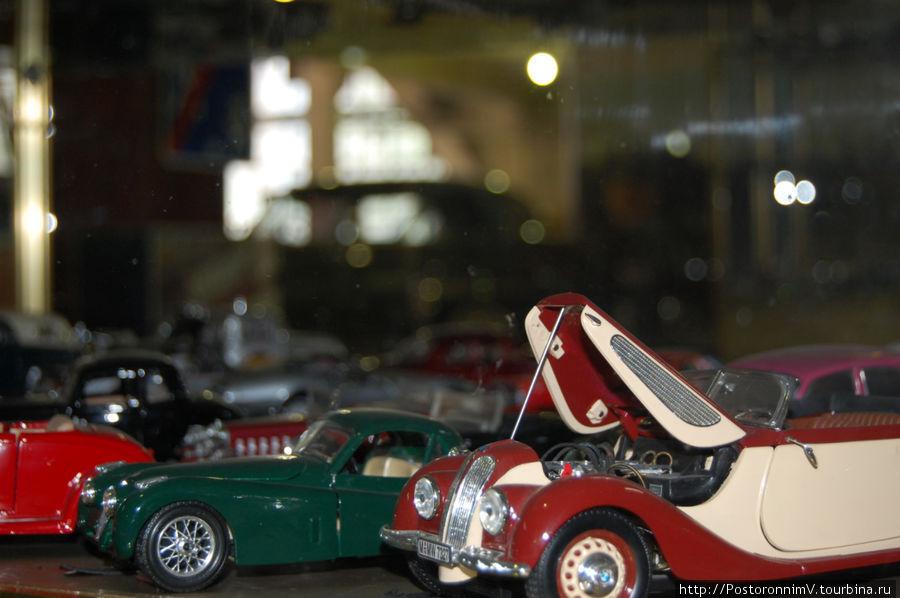 Есть и маленькие модели машин, в застекленных витринах.