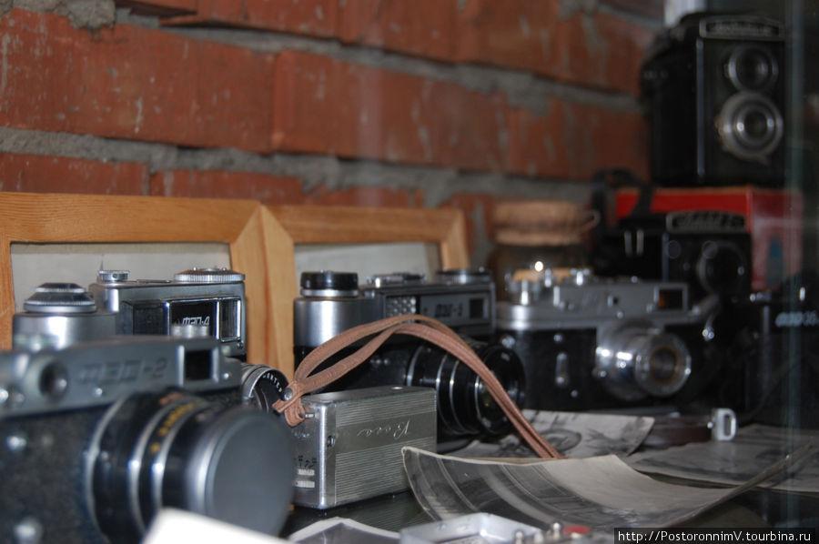 А вот такой фотоаппарат с коричневым ремешком был у меня в детстве. Правда он не работал уже тогда, но для игры в шпионов очень даже годился!