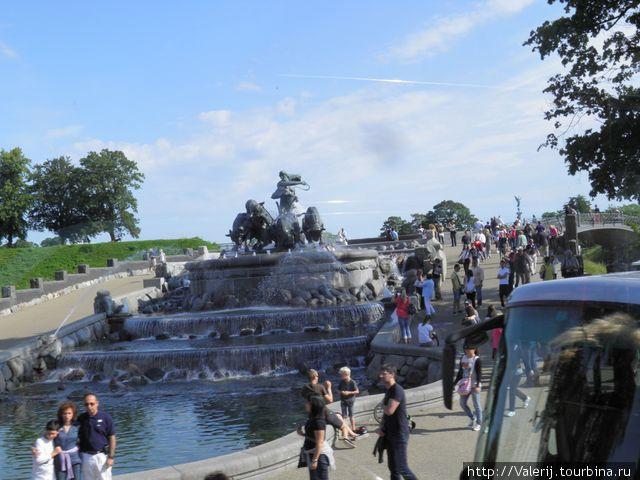 Крупнейший фонтан Копенгагена  — это фонтан Гефионы. Старинная легенда гласит, что шведский король пообещал северной богине плодородия Гефионе  столько земли, сколько она сможет вспахать за 24 часа. Она, превративсвоих четырех сыновей в быков и отрезала Зеландию от Швеции.