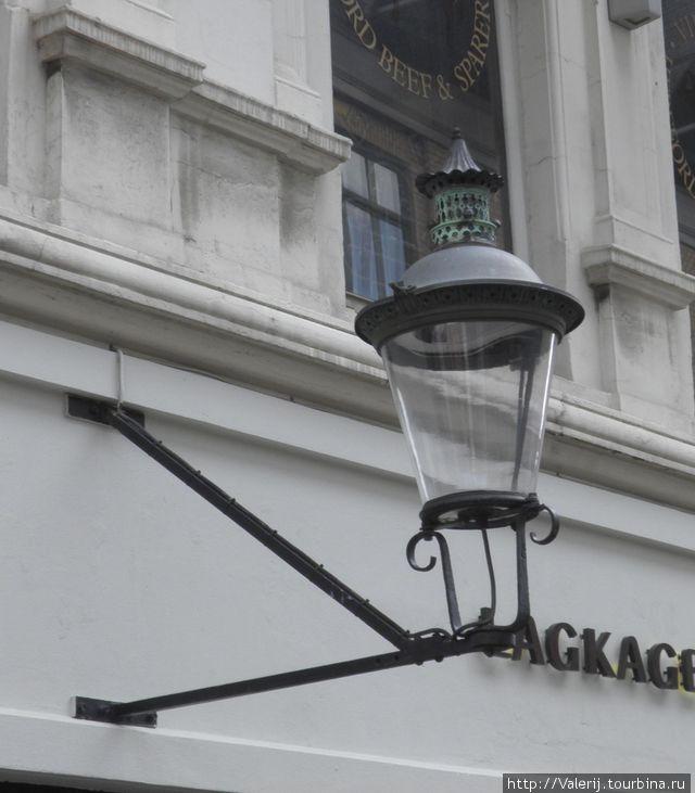 Дань старине — газовые фонари.