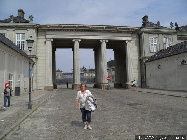 Официальный вход в Amalienborg  — королевскую резиденцию. Но есть и три других.