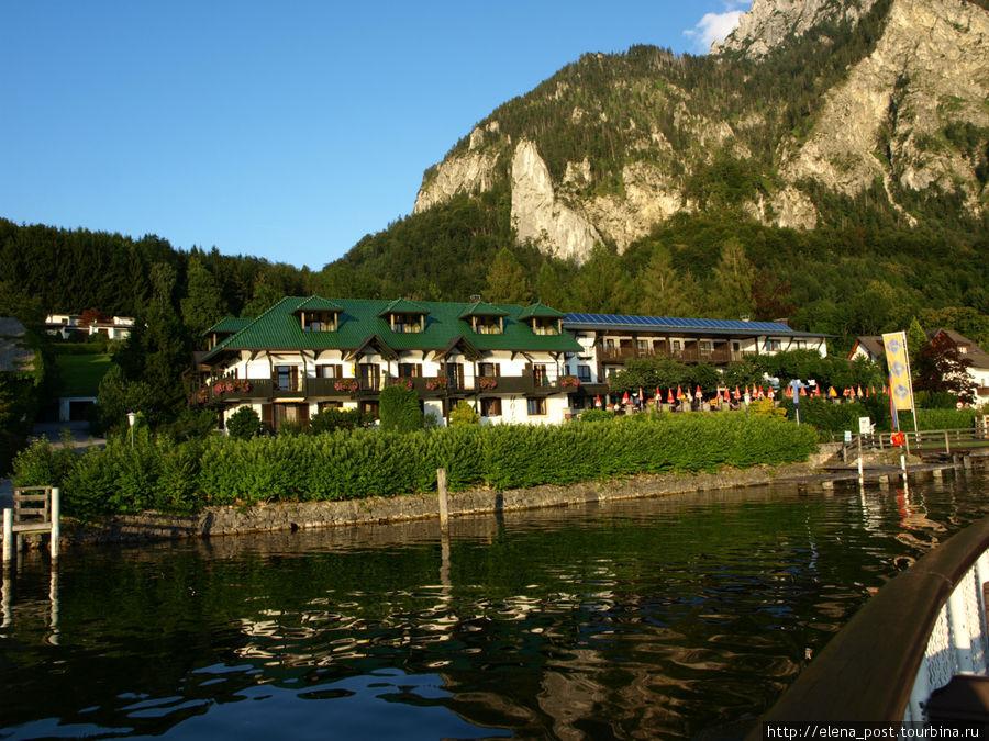 Вид с озера на ресторанчи