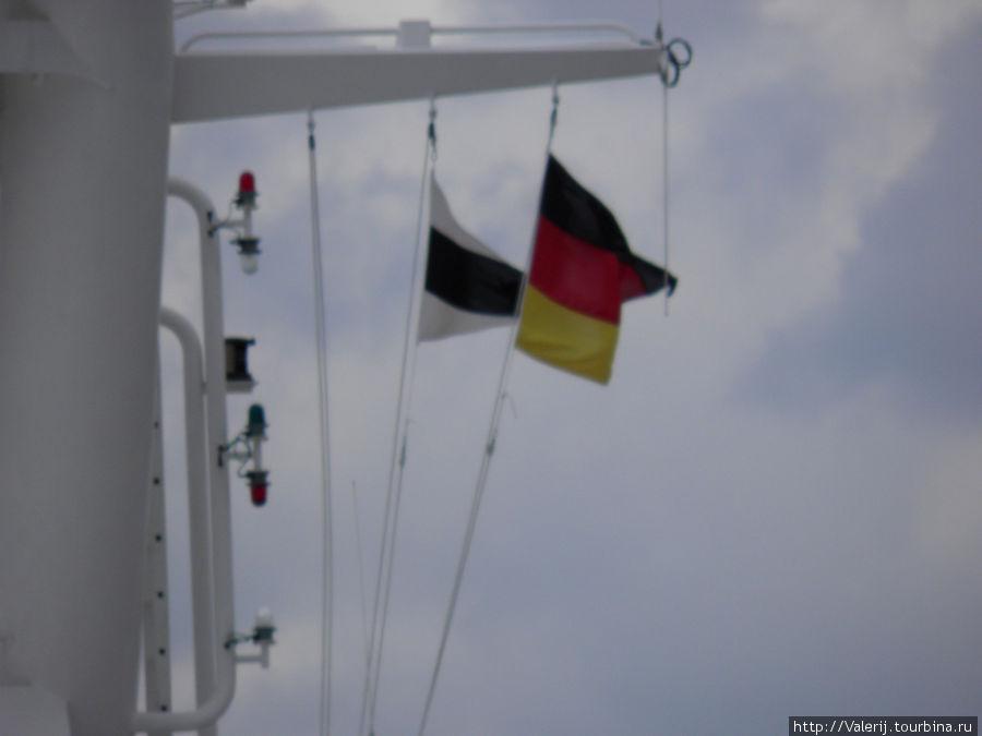 На флагштоке — флаг страны пребывания