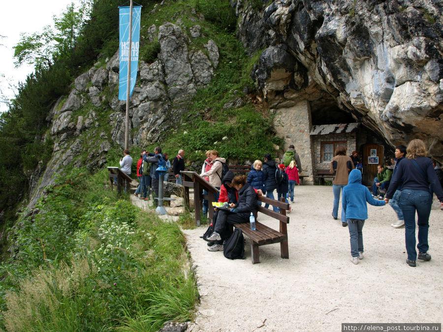 У входа в Ледяную пещеру