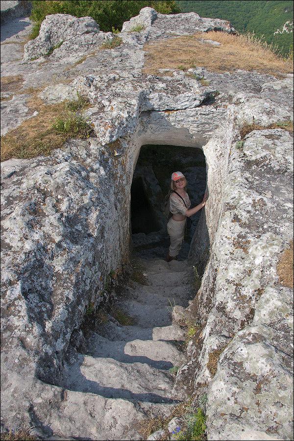 Вход в монастырский комплекс, июнь 2007 г.