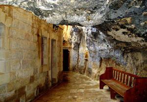 За дверью начинаетсяя длинный узкий коридор — фактически, вы идете по карнизу горы, к которой были пристроены стены. Вдоль коридора расположен десяток келий и музей. Пройдя по коридору с