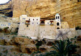 Все внутренние помещения монастыря вырублены в скале, а в пещере, где по преданию сорок дней постился Иисус Христос во время своего пребывания в пустыне, устроена небольшая церковь (или часовня Искушения).