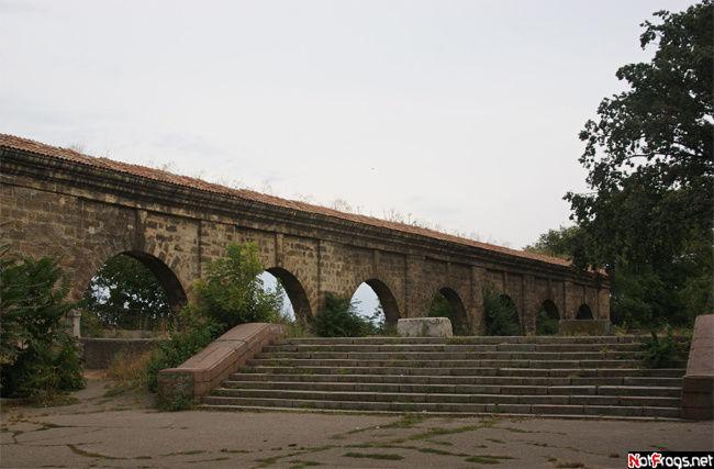 Часть карантинной стены в парке Шевченко