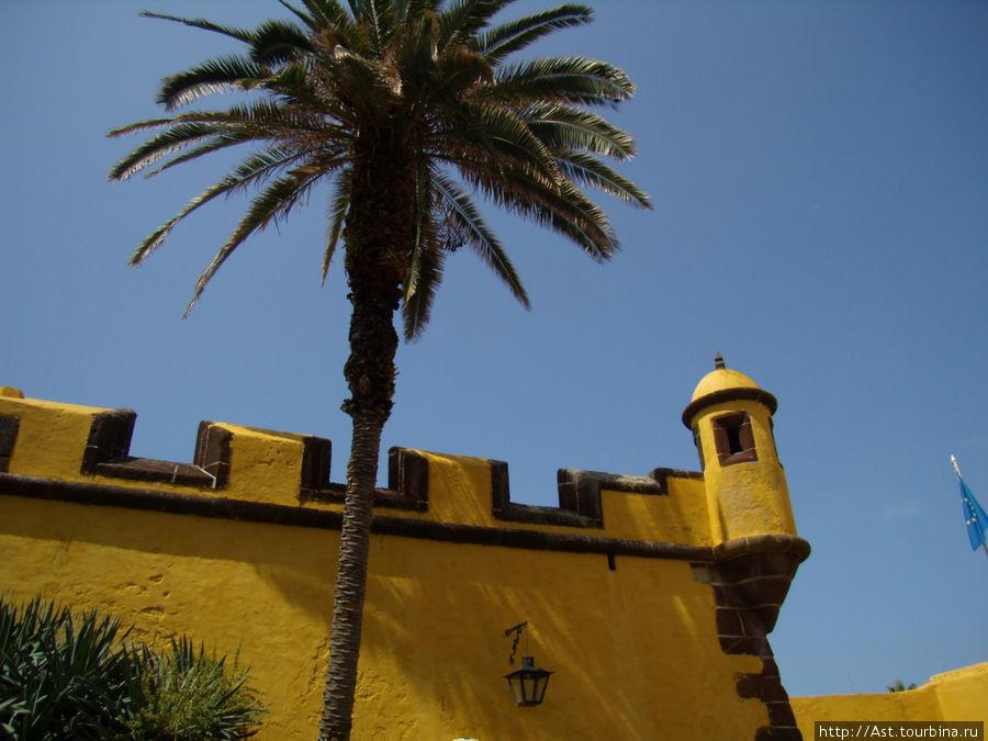Ярко желтый раскрас старого форта.