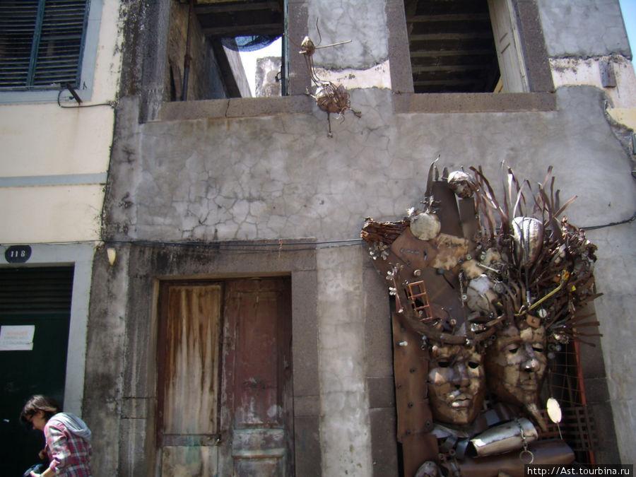 Достойное украшение полуразрушенного дома.