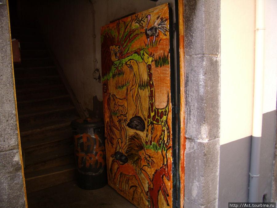За открытой дверью виден обычный подъезд жилого дома.