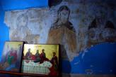 Слева от главного входа в монастырь расположена старинная часовня, находящаяся в пещере, в которой по преданию останавливалось святое семейство. В часовне сохранились фрагменты старинных росписей.