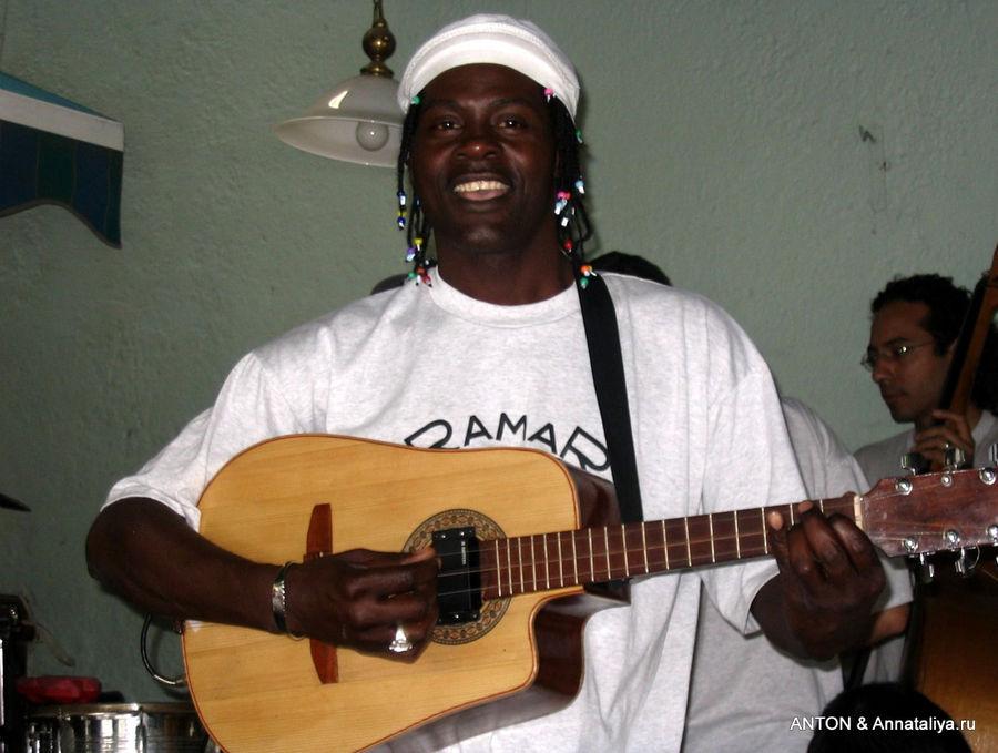 Музыкантов на Кубе очень много. Поют и играют буквально везде.