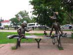 Симпатичная троица присела на скамейку в сквере у фонтана на перекрестке улиц Михалевича и Гурьева.