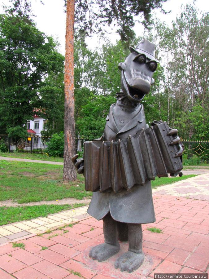 А прямо через дорогу на том же перекрестке (Михалевича/Гурьева) другая композиция. Крокодил Гена.