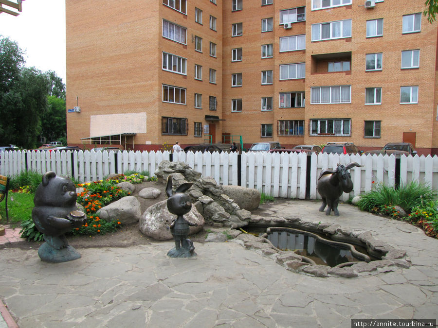 Композиция располагается на улице Красноармейской, возле жилого дома № 8.
