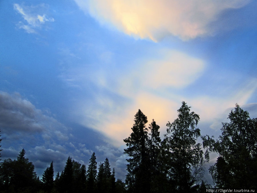 А какие красивые здесь закаты...Как заходит солнце за горизонт видно только по его отблеску в облаках