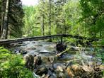 Речка Большая Тесьма не широкая, но лучше перейти ее всё-таки по мосту