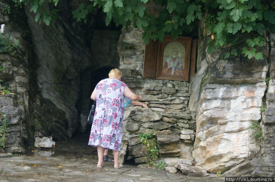 А это установленная икона и благодарная посетительница вод.