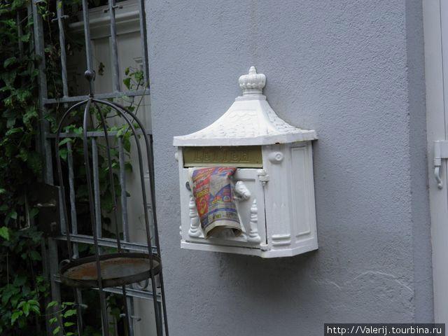 О том, под каким дождем проводились съемки, красноречиво говорит газета, поникшая в почтовом ящике.