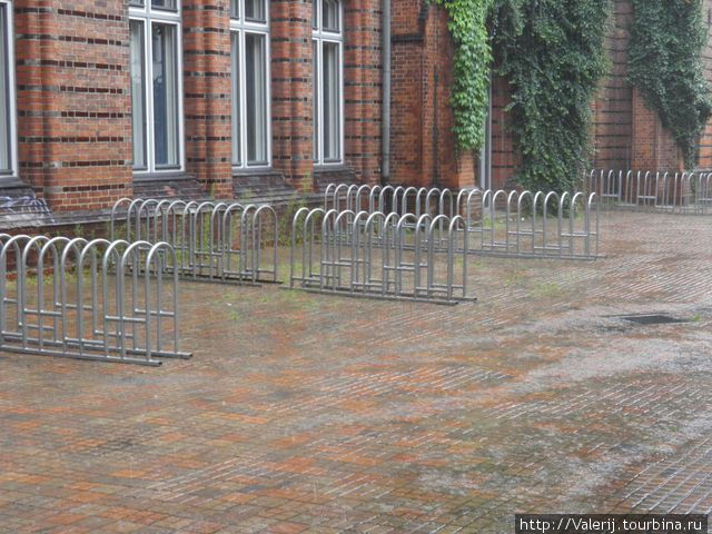 Места для стоянки велосипедов прихожан.
