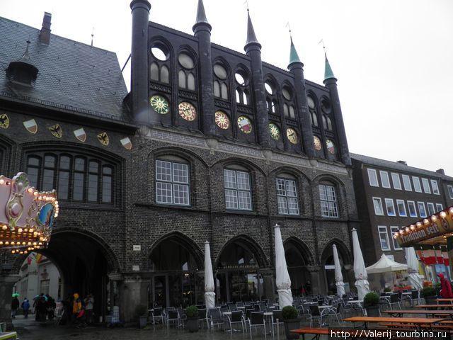 Западное крыло ратуши.