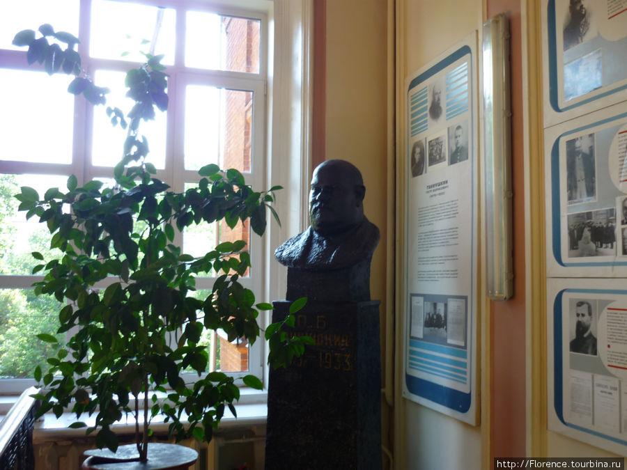 Бюст Ганнушкина стоит на лестничнной клетке