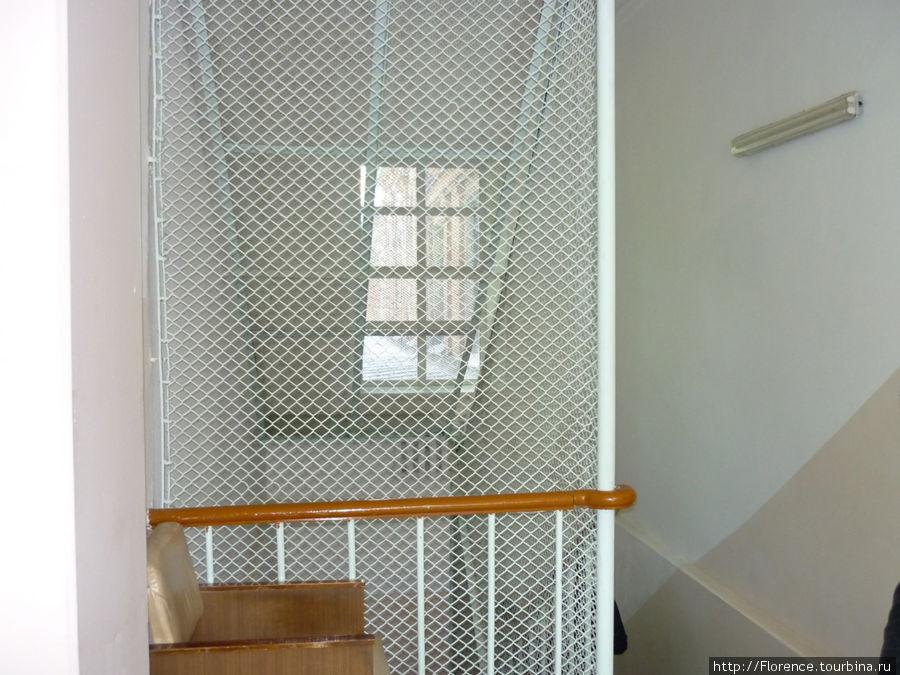 Лестничный пролет забран сеткой (чтобы больные не бросались): хотя на втором этаже находятся спокойные отделения, меры предосторожности все равно принимаются