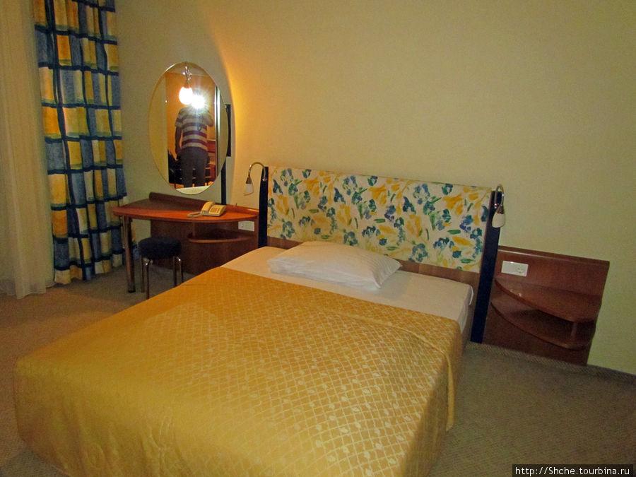 Комнаты две, а кровать одна, да еще и двухспалка. Хорошо, что хоть одеяла каждому...