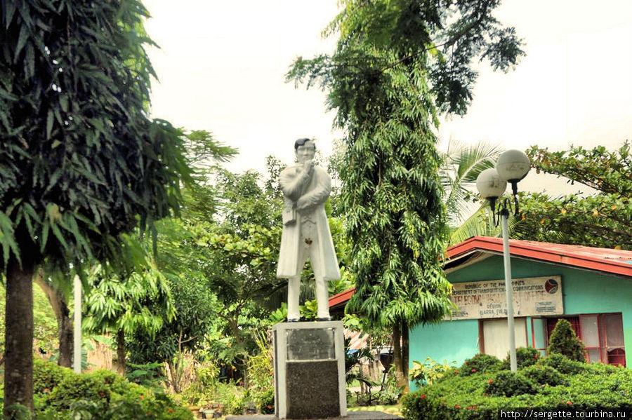 Похоже это памятник знаменитому на Филиппинах Рисалю. Вандалы сделали свое грязное дело. Такое здесь редко но бывает.