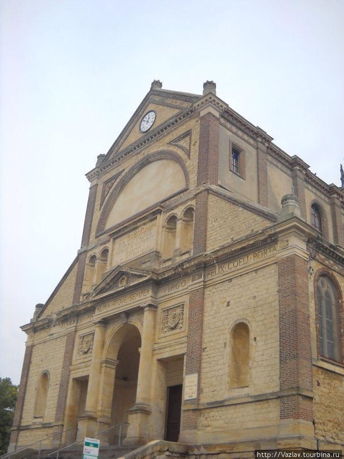 Главный фасад церкви