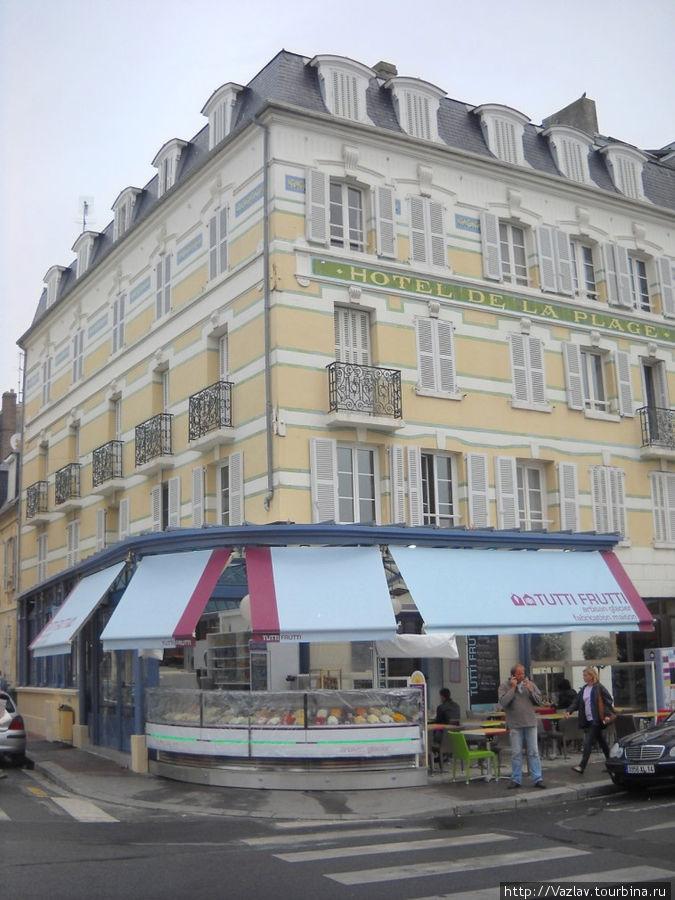 Вид на кафе с площади