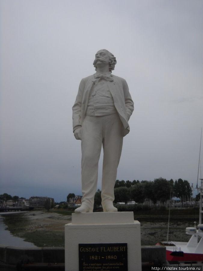 Памятник на фоне пересохшей бухты