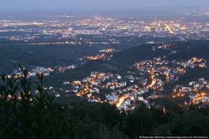 Если посмотреть на Загреб сверху — четко видно разделение города на многоэтажки и частные дома. Вторых — больше. Это удивительно для столицы, не правда ли? Сколько всего можно было бы построить здесь, сколько небоскребов, торговых центров? Население Загреба можно было сравнять с населением Питера.