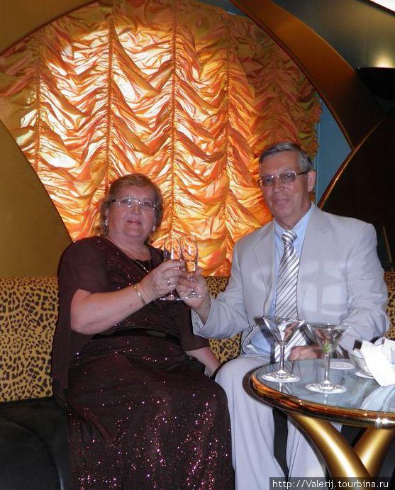 В этот вечер капитан угощает шампанским и коктейлями.