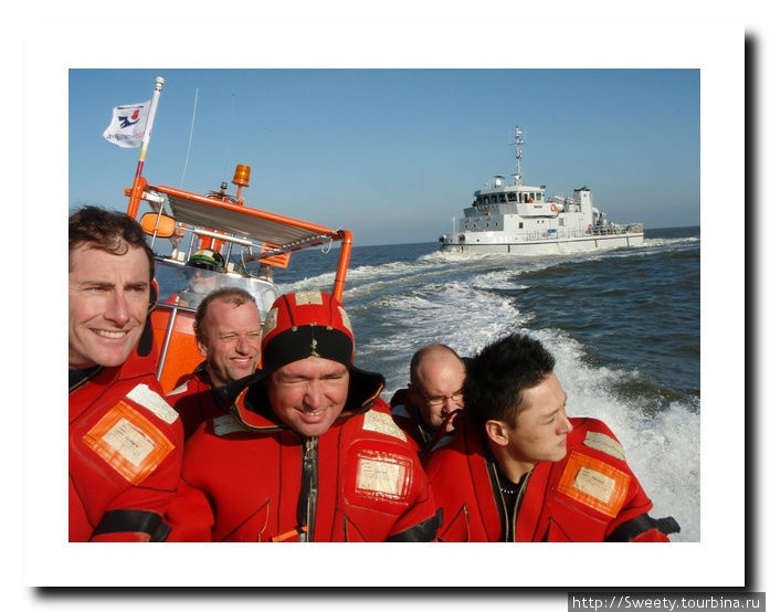 лодка развивает скорость до 60 — 80 км/ч