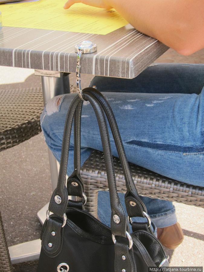 как надо красиво вешать дамскую сумочку