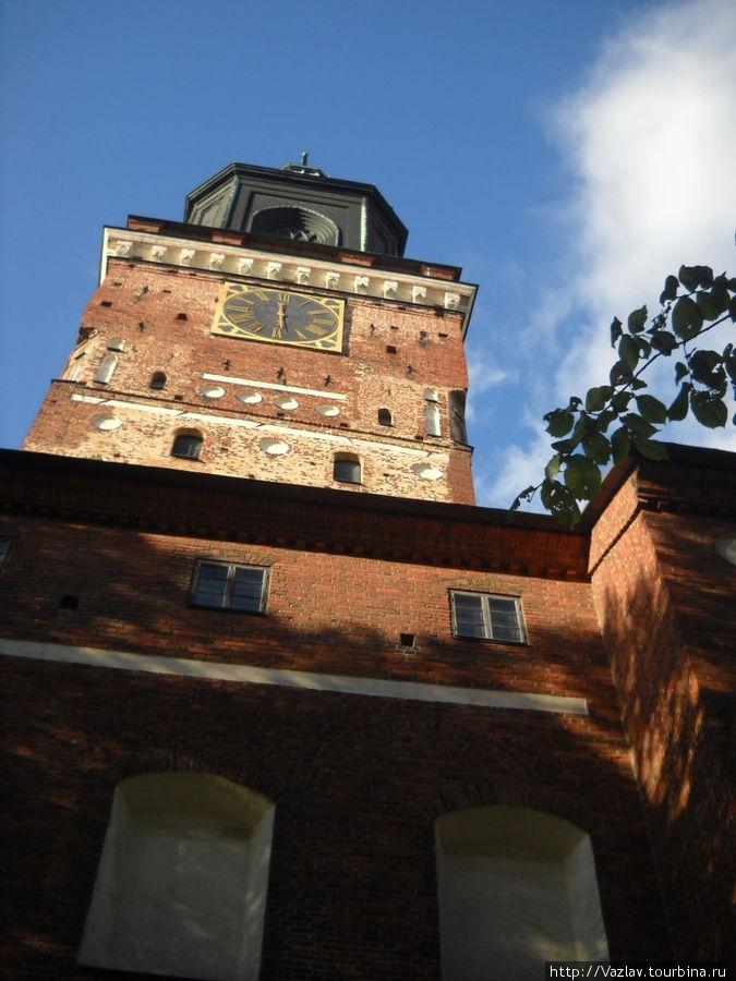 Колокольня собора достигает стометровой высоты