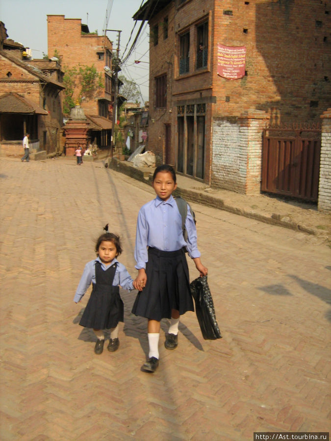 Люди и лица Непала. Дети идут в школу.