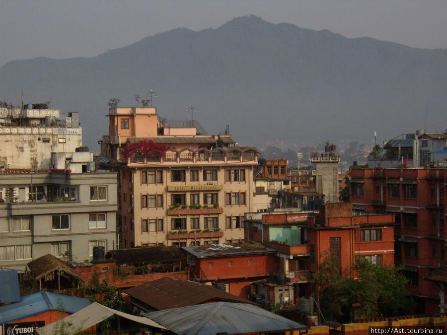 Вид на город с высоты нескольких этажей.