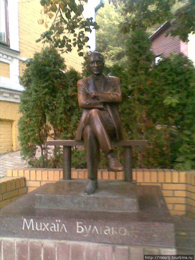 ... можно посидеть рядом с Булгаковым.
