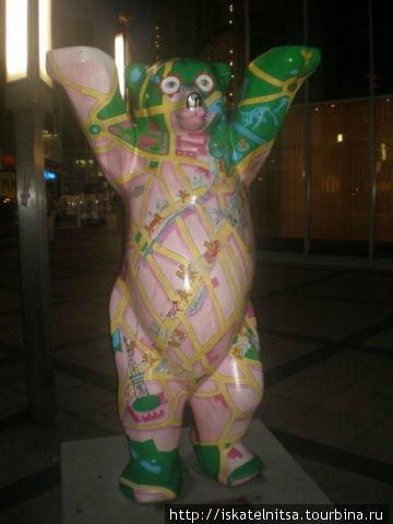 Такие медведы совершенно разной раскраски стоят по всему Берлину.