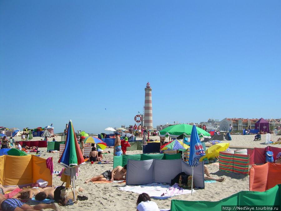 Пляж утыканный разноцветными полотняным