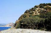 Горы здесь возвышаются до 400 метров, круто спускаясь к берегу.
