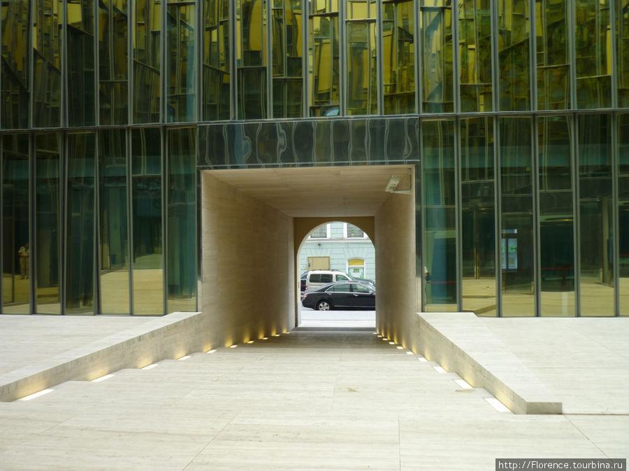 Вход во двор офисного центра, где находится ресторан
