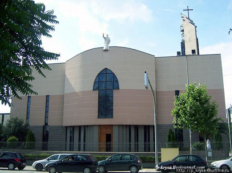 На крыше — статуя Св. Павла Тирана, Албания