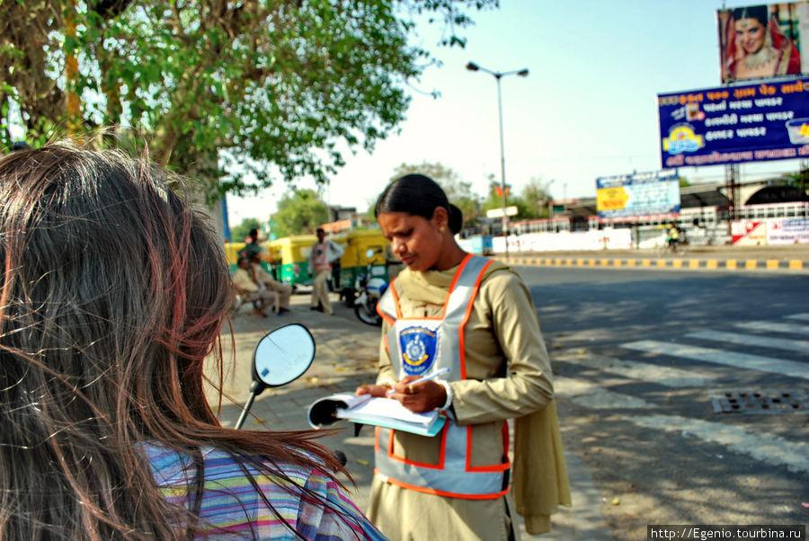 полисвумен выписывает штраф. в Индии они чаще всего ограничиваются взятками