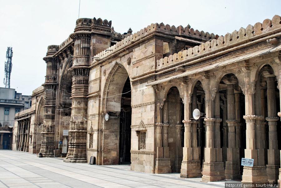 Jama Masjid, построенная в 1423-м году и имеющая 260 колонн. колонны создают легкий галюциногенный эффект (см. следующее фото)