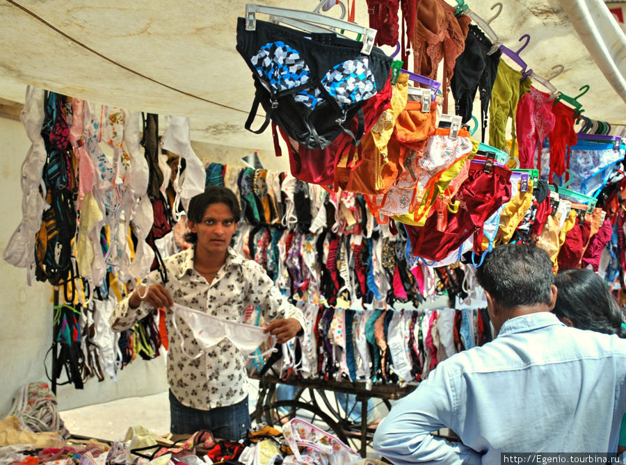 продавец женского нижнего белья прямо у входа в мечеть :)